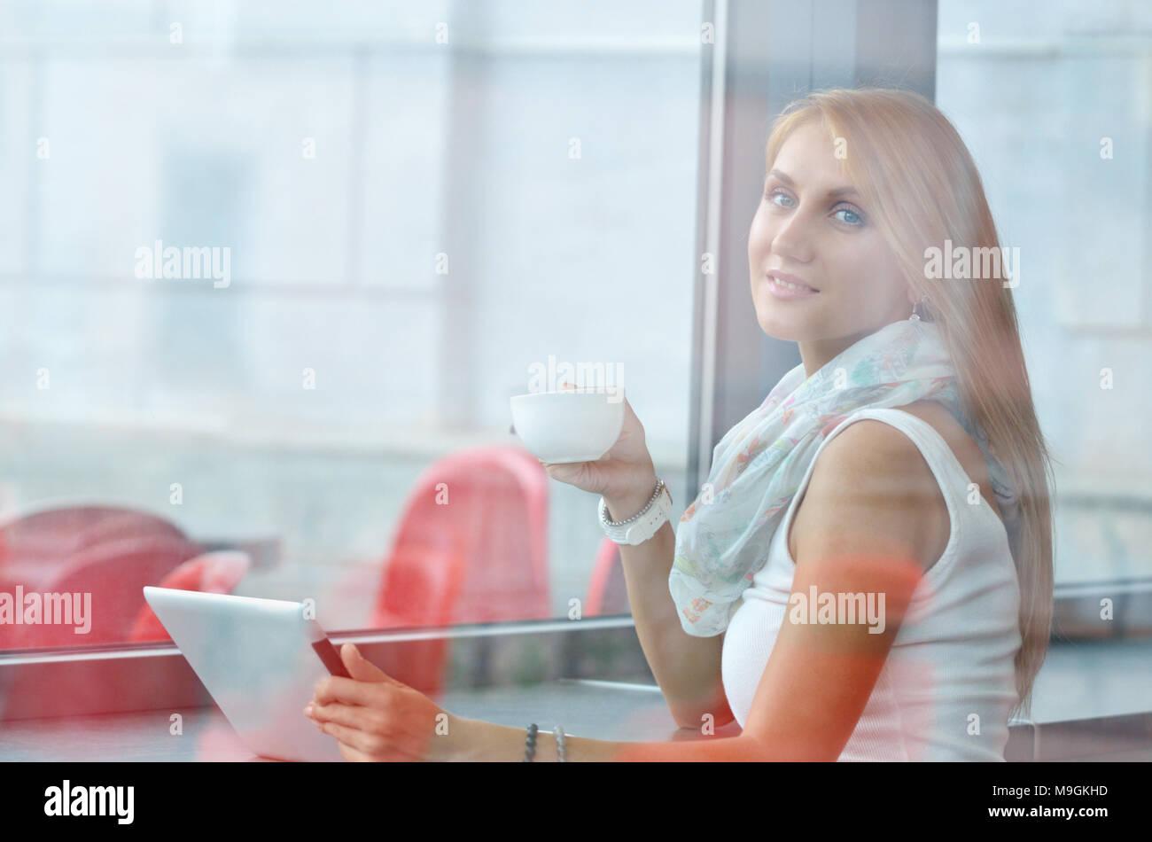 Donna di bere il caffè della mattina al ristorante. Il concetto di stile di vita Foto Stock