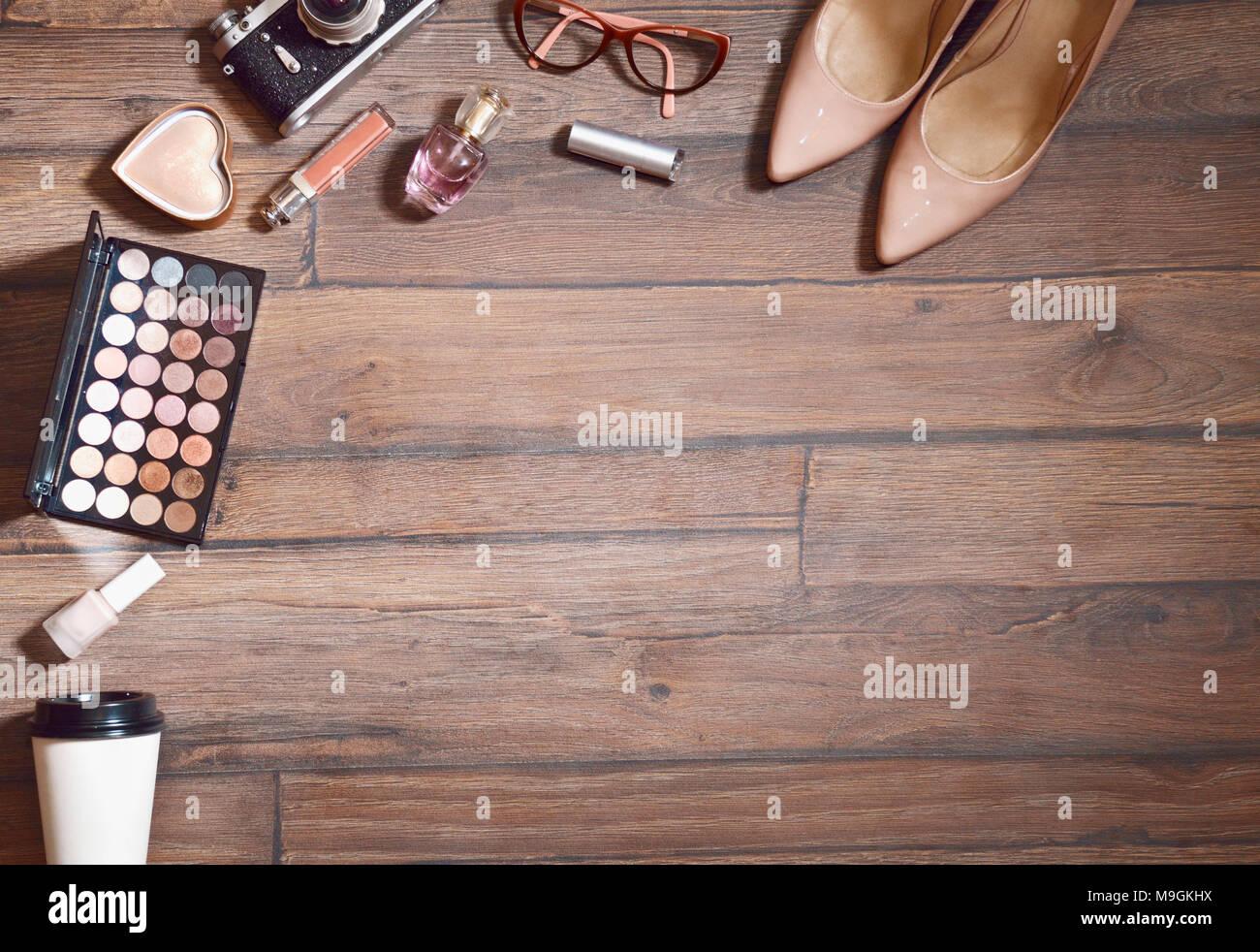 Moda trucco cosmetici Set. Donna Accessori bellezza Set. Essentials. Design di moda. Spazzole di rossetto ombretto, Fashion Glamour argento elegante Clutc Foto Stock