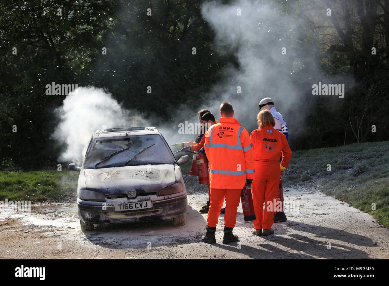 Motor Sport esegue il marshalling in fase di lotta antincendio formazione. Immagini Stock