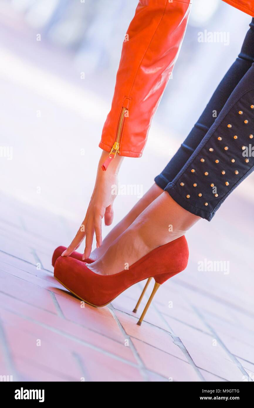 100% authentic d94e1 27ed6 Giovane donna gambe scarpe con tacco tacchi alti Foto ...
