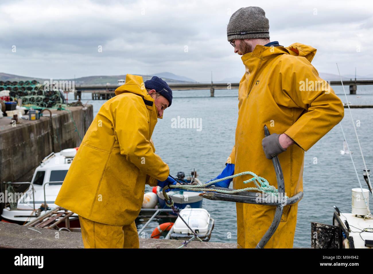 Aragosta irlandese fisherman preparando per un altro viaggio, Portmagee Contea di Kerry, Irlanda Immagini Stock