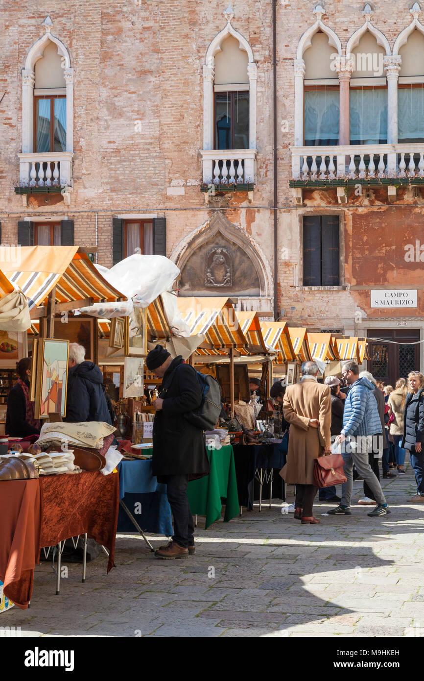 La fiera antiquaria in Campo San Maurizio, San Marco, Venezia, Veneto, Italia. Questo mercato di antiquariato, ha tenuto cinque volte in un anno , è popolare sia tra la gente del posto un Immagini Stock