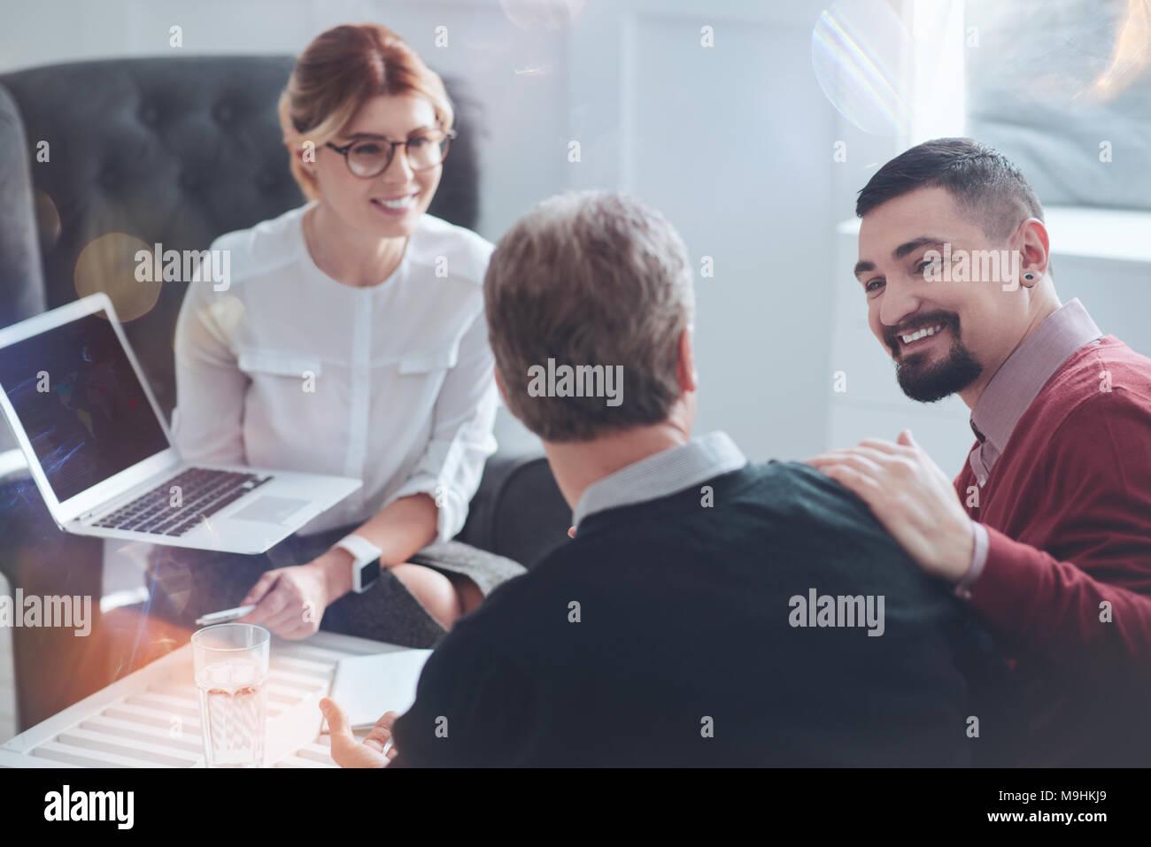 Felice l'uomo barbuto guardando al suo collega Immagini Stock
