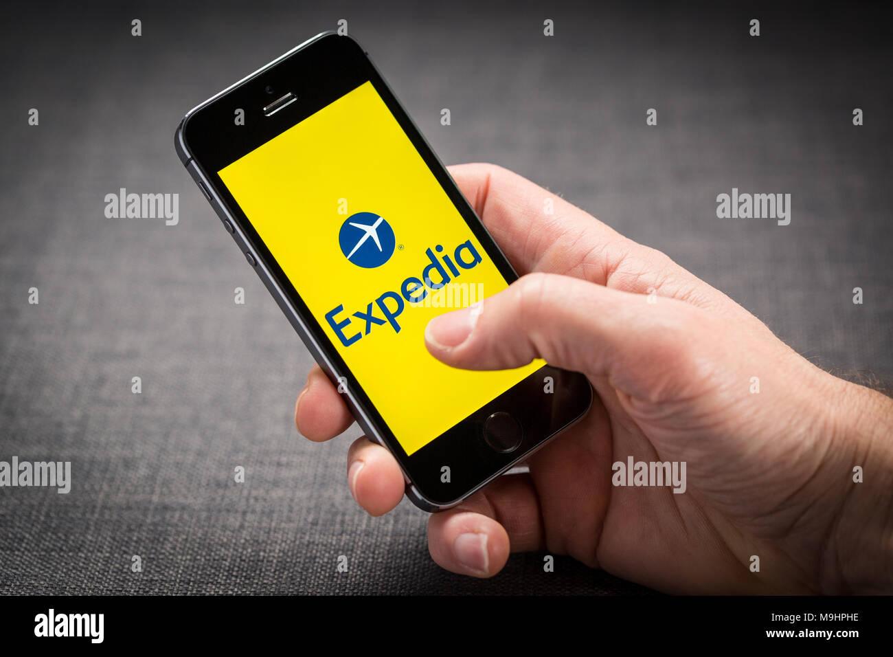 Expedia app e il sito web di viaggio su un iPhone Immagini Stock