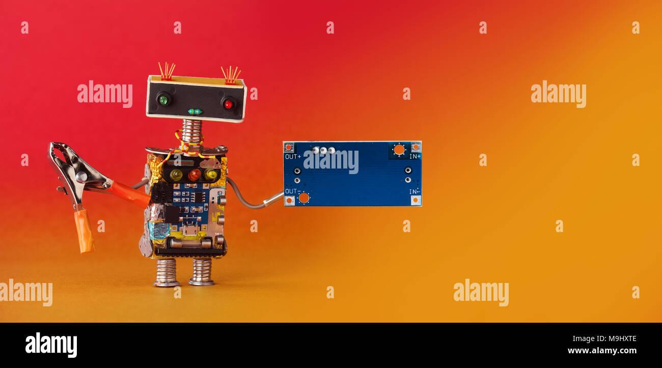 Amichevole robot tuttofare, pinze e fustellato scheda di circuito per il testo. Arancione rosso sfondo, copia dello spazio. Immagini Stock