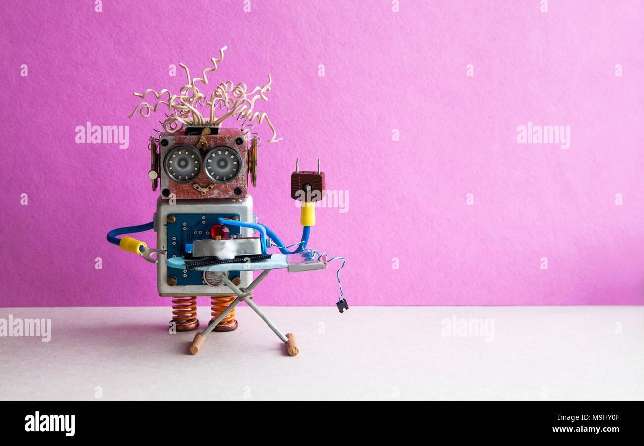 Smart home concetto. Veterano di robot a stirare pantaloni neri con il ferro sul bordo. Parete rosa pavimento grigio room interior. Creative Design giocattoli lavori domestici spazio copia. Immagini Stock