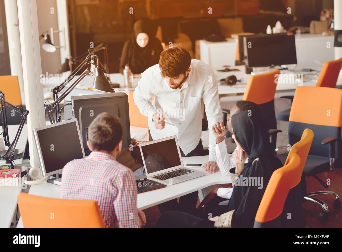 Startup business gruppo persone ogni giorno di lavoro lavoro in ufficio moderno Immagini Stock
