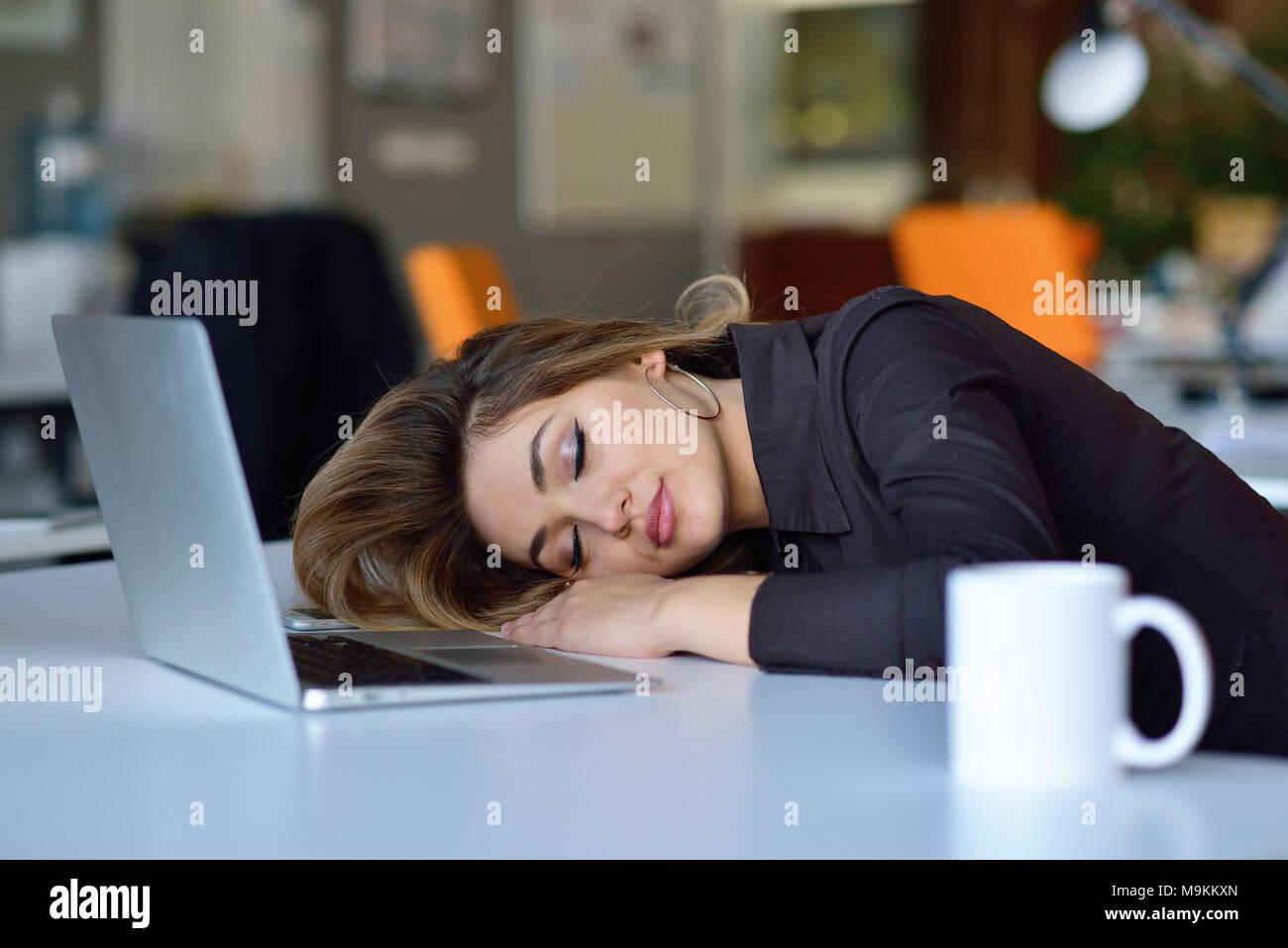 I giovani occupati latino bella donna d'affari di sofferenza lo stress lavorando al computer di ufficio Immagini Stock