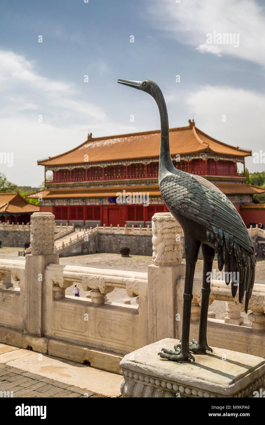 Una gru di bronzo che si affaccia su un cortile nella Città Proibita. La gru è un simbolo cinese di longevità. La città proibita a Pechino, Cina Immagini Stock