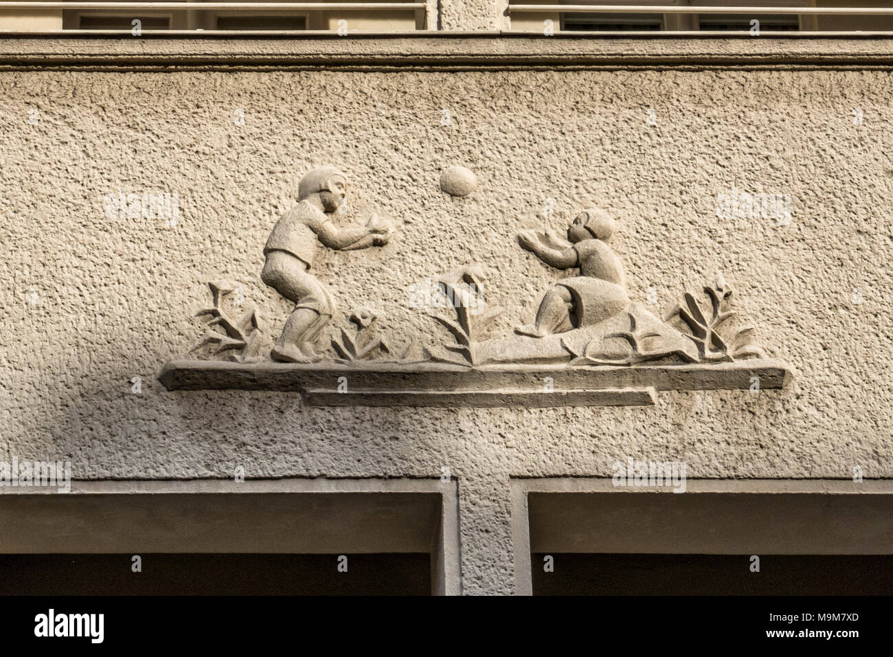 Berlino-schöneberg.Ceciliengärten station wagon costruito 1922 -1927 progettato dall architetto Heinrich Lassen.edificio scultoreo dettaglio illustra la vita di tutti i giorni Immagini Stock