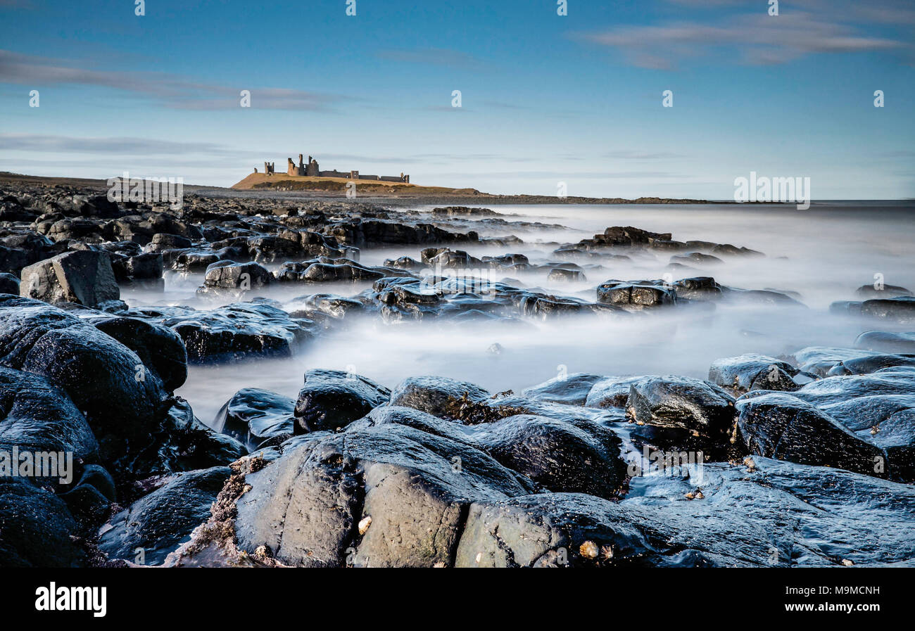 Maestoso e drammatico il castello di Dunstanburgh in Northumberland Immagini Stock