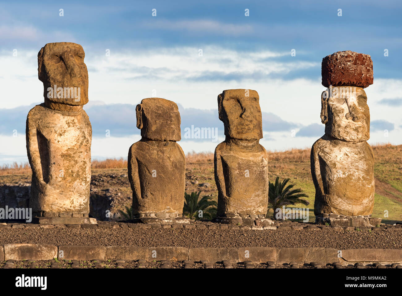 Figure in pietra, gruppo di Moais, Ahu Tongariki, Isola di Pasqua, Cile Immagini Stock