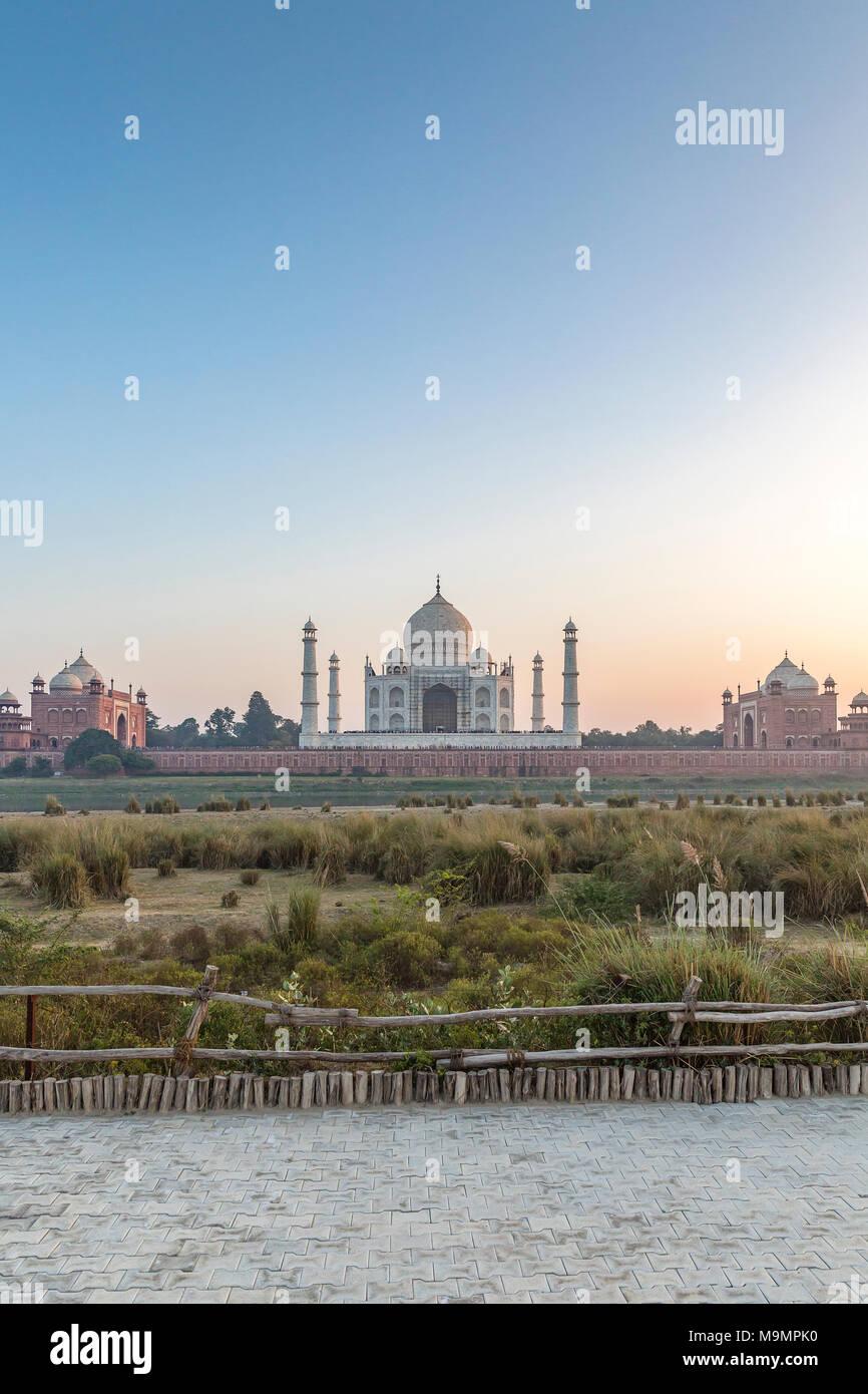 Taj Mahal, viste attraverso il fiume Yamuna, Agra, Uttar Pradesh, India Immagini Stock