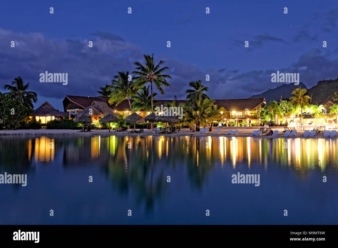 Sera complesso di hotel, hotel di lusso, Interconti Resort Moorea, isole della Società, Isole Sottovento, Oceano Pacifico Immagini Stock