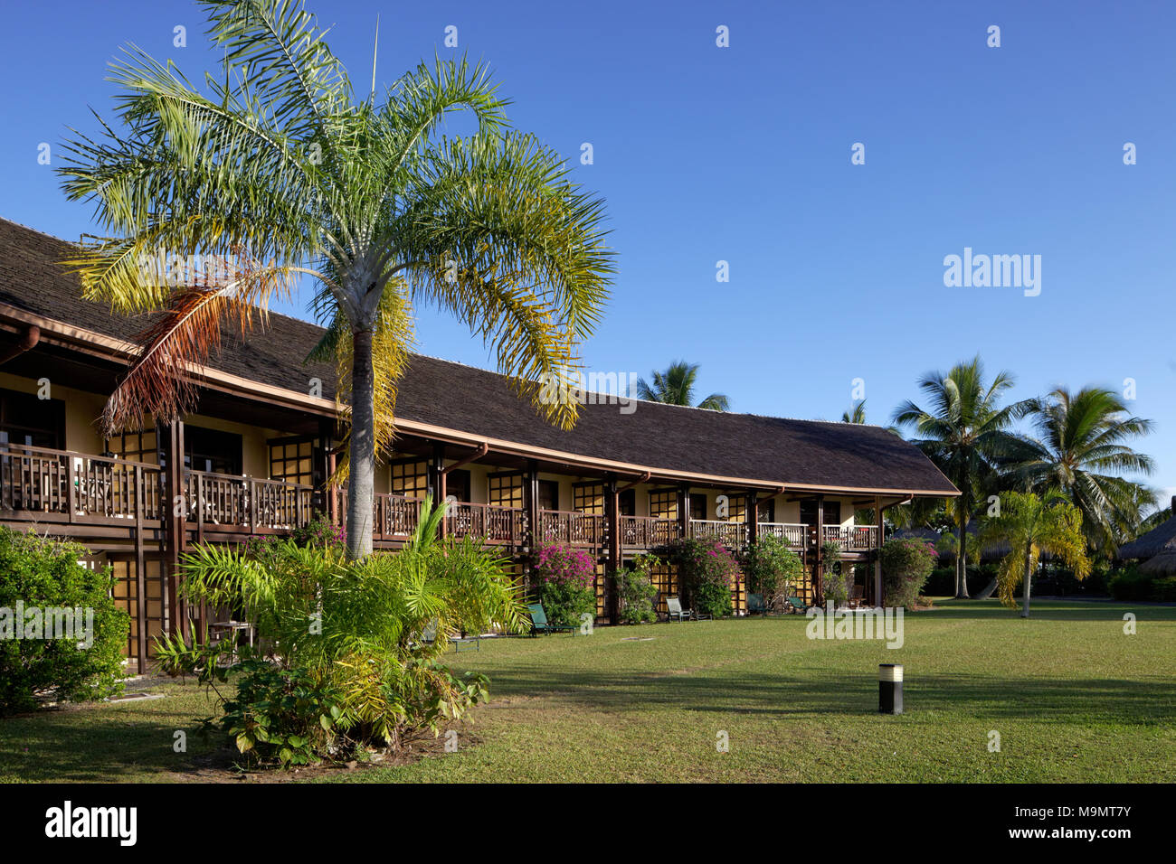 Edificio con appartamenti, palme, giardino, hotel di lusso, Interconti Resort Moorea, Isole della Società, isole sotto il vento Immagini Stock