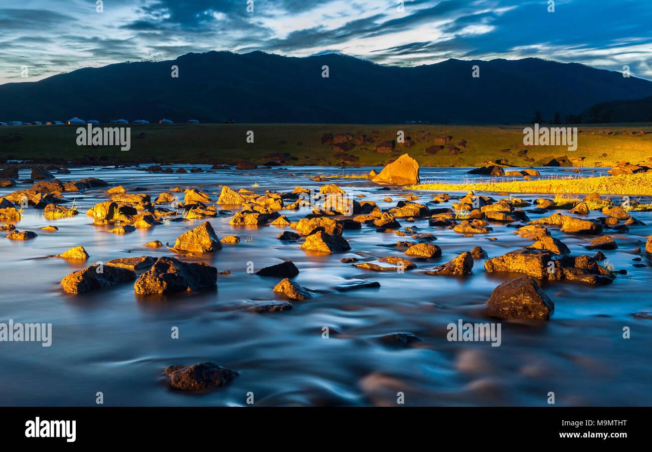 Fiume Orkhon con rocce nella luce solare drammatico, Mongolia Immagini Stock