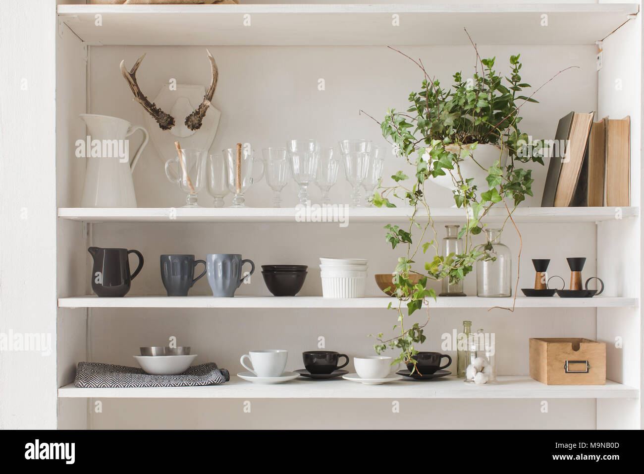 Mobile Credenza Da Cucina : Mobile da cucina o credenza per piatti foto immagine stock
