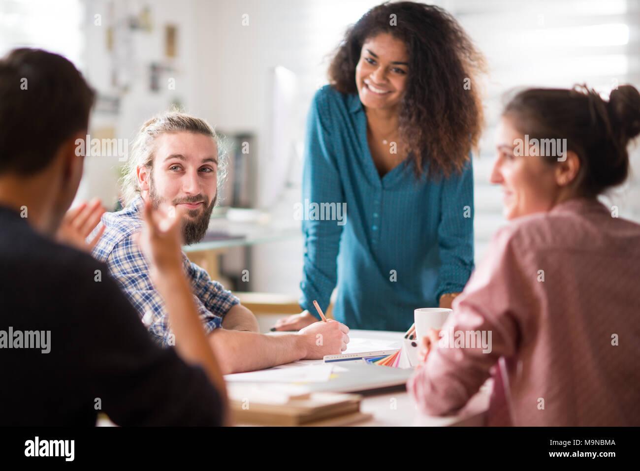 Riunione in ufficio. una donna nera a parlare con i suoi colleghi Immagini Stock