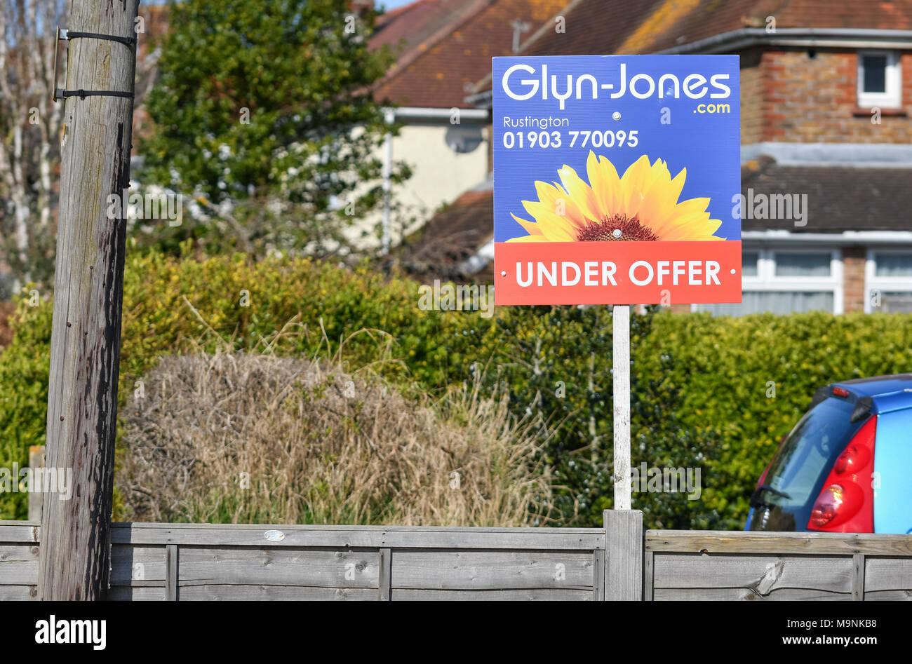Glyn-Jones agenti immobiliari 'sotto offerta' firmare al di fuori di una casa nel Regno Unito. Casa di vendita. Casa di vendita. Immagini Stock
