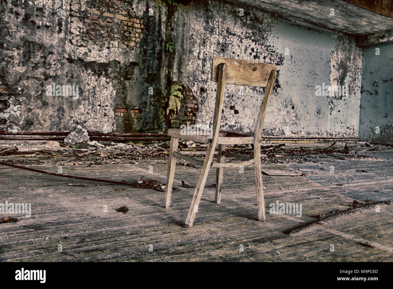 Fantasma Sulla Sedia A Dondolo.Sedia In Edificio Distrutto Citta Fantasma Prypyat Nella Regione