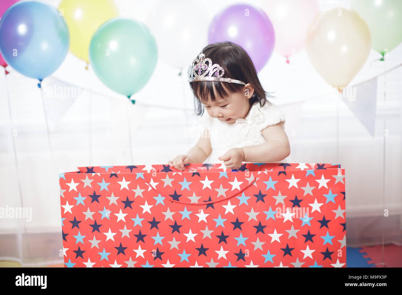 Baby girl festeggiare il suo secondo compleanno Immagini Stock