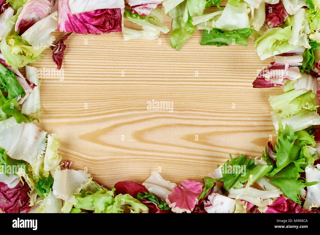 Telaio di fresca insalata verde su sfondo di legno. una sana cucina