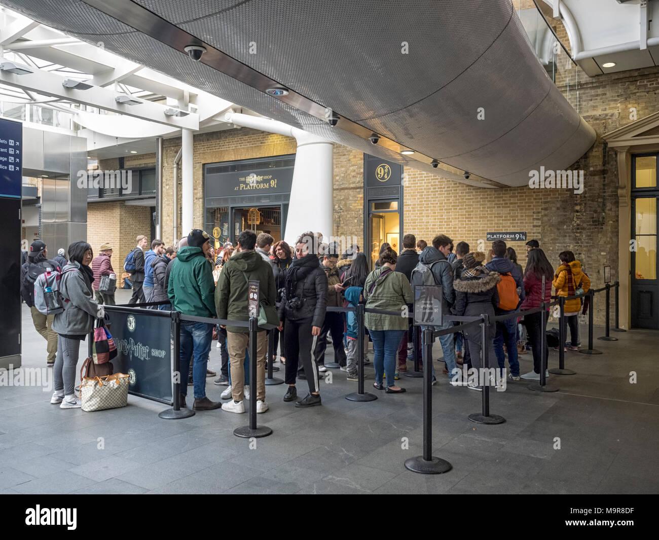 La stazione di Kings Cross: persone in coda per la Harry Potter Shop in corrispondenza della piattaforma 9 3/4 Immagini Stock