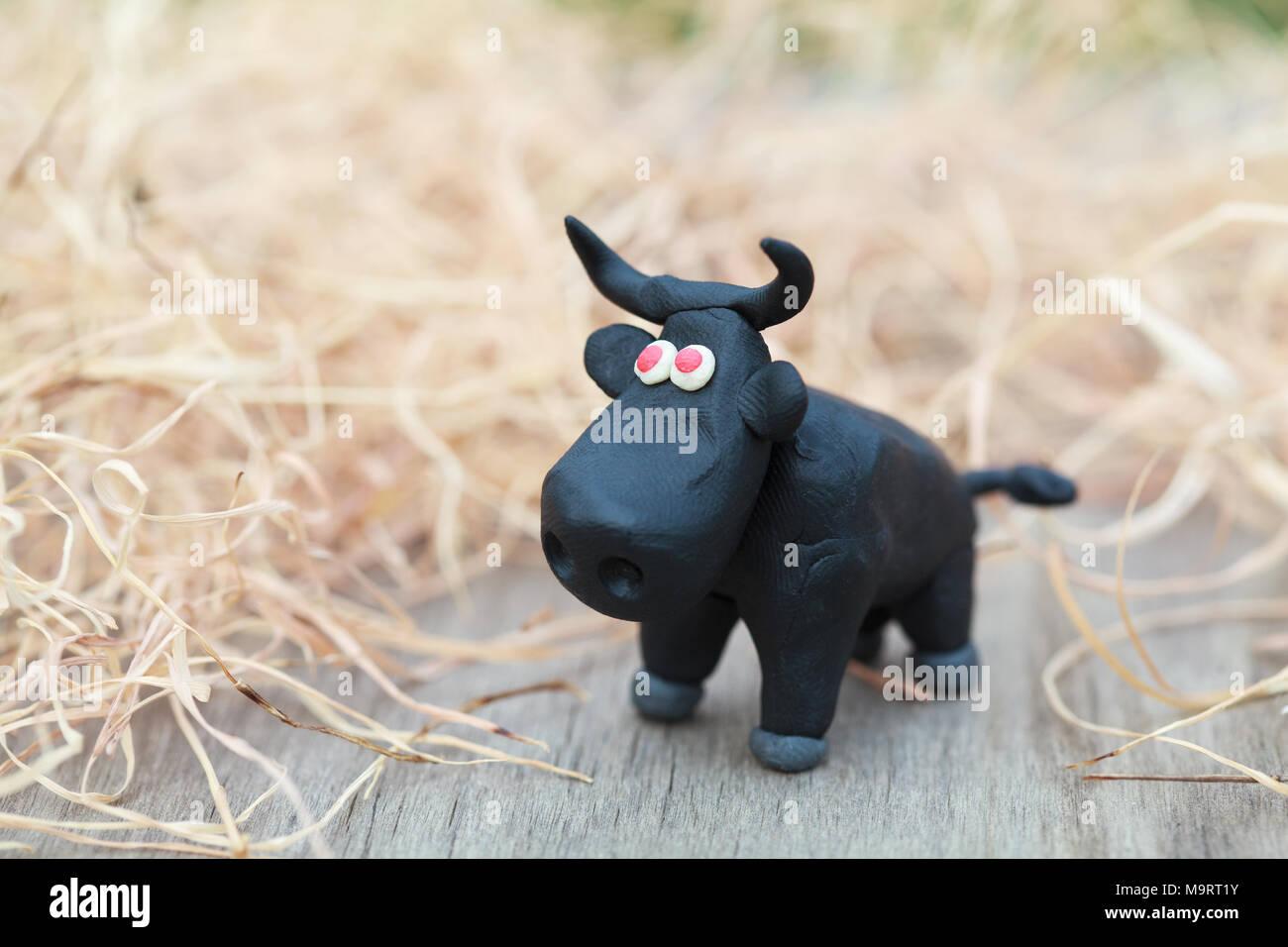 Plastilina world poco in casa toro nero con occhi rossi sorge su