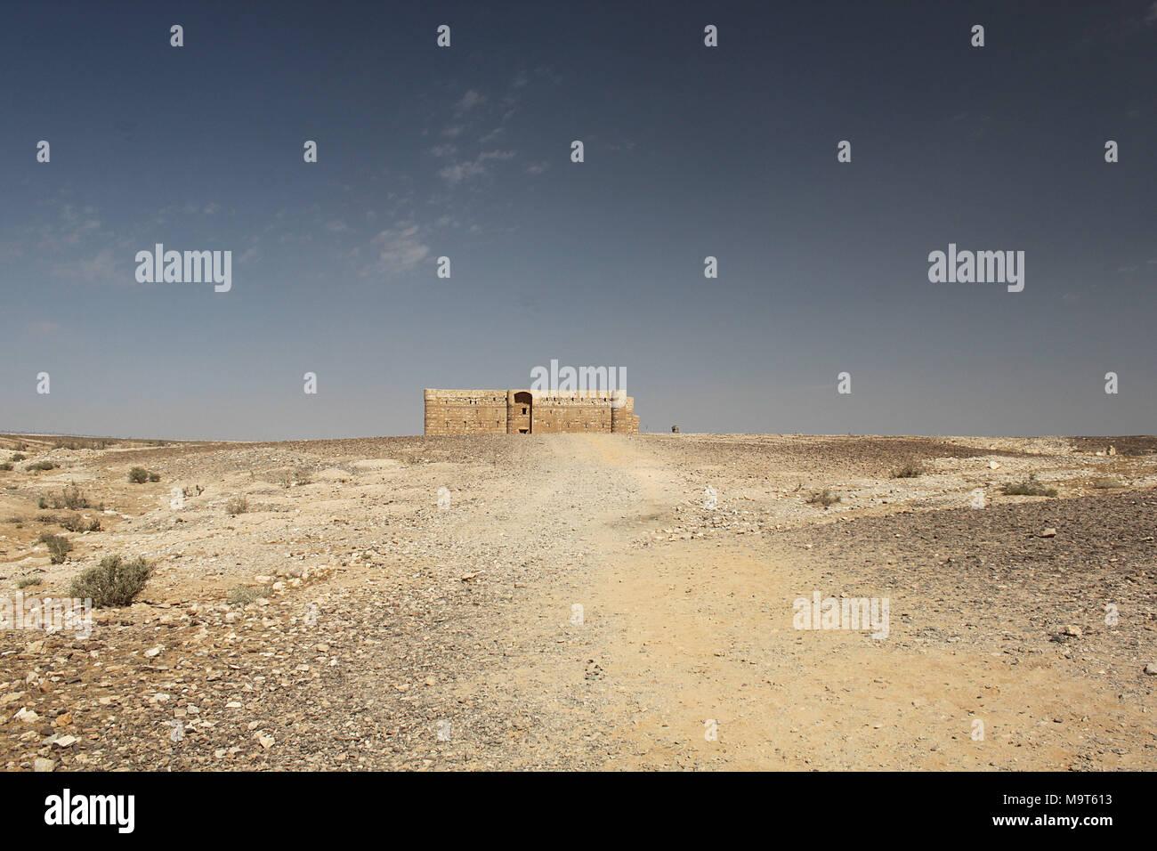Qasr Kharana è uno dei castelli del deserto ad est di Amman. Risalente agli inizi del periodo Umayyad, è un esempio chiave di inizio dell'architettura islamica. Immagini Stock