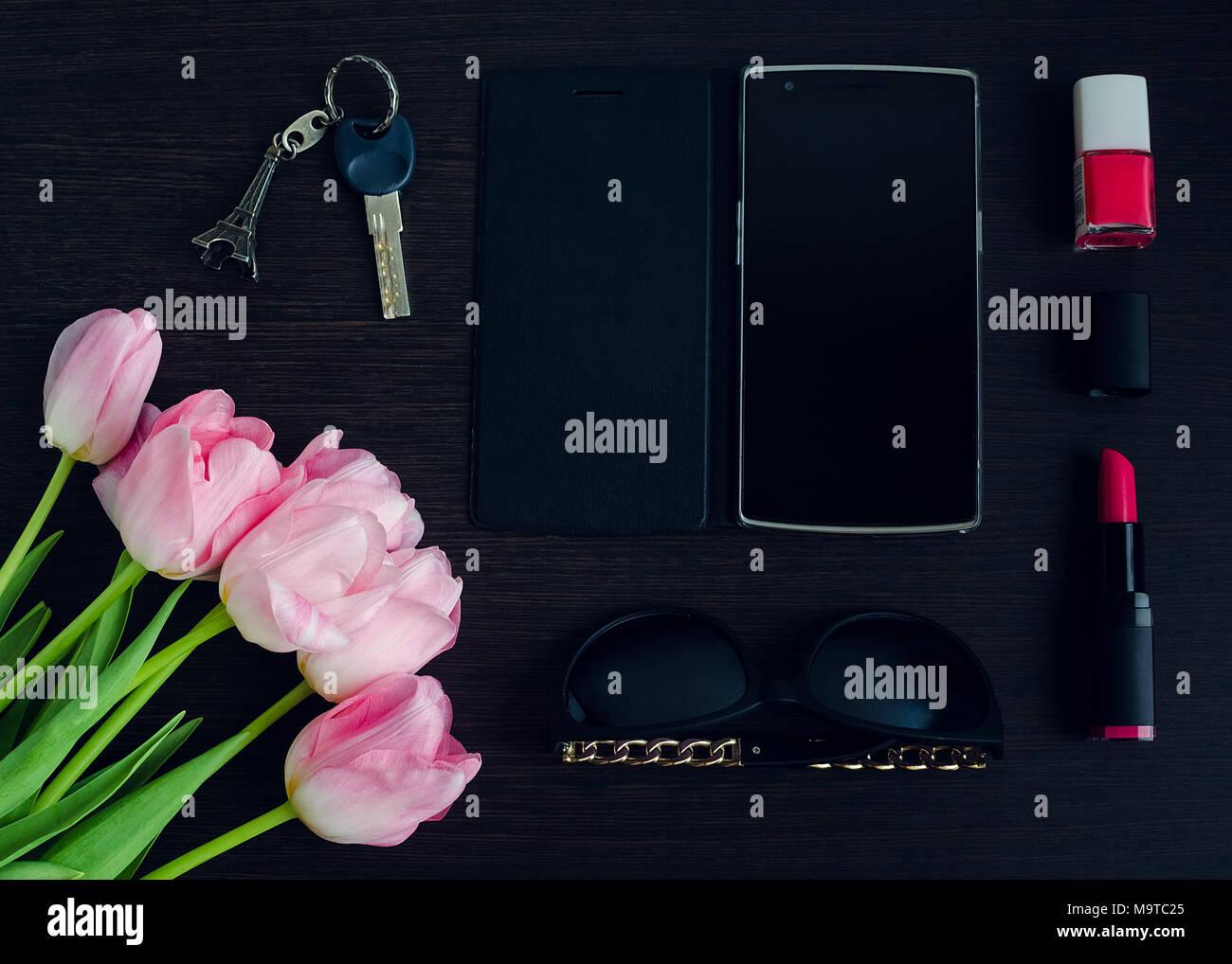 Donna Di Rosa E Nero Gli Accessori In Legno Scuro E Sfondo Telefono