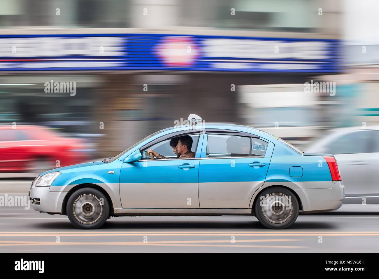 DALIAN-nov. 25, 2012. Accelerando il taxi con i passeggeri. Taxi cinese variano da città a città, per la maggior parte essi sono pulite e dotate di aria condizionata. Immagini Stock