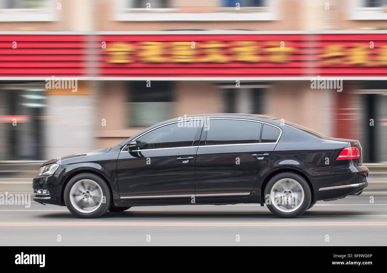 DALIAN-nov. 25, 2012. Accelerando il nero VW Passat. VW investiranno oltre $12 miliardi di euro per lo sviluppo di una gamma di nuova energia a bassa emissione di automobili. Immagini Stock