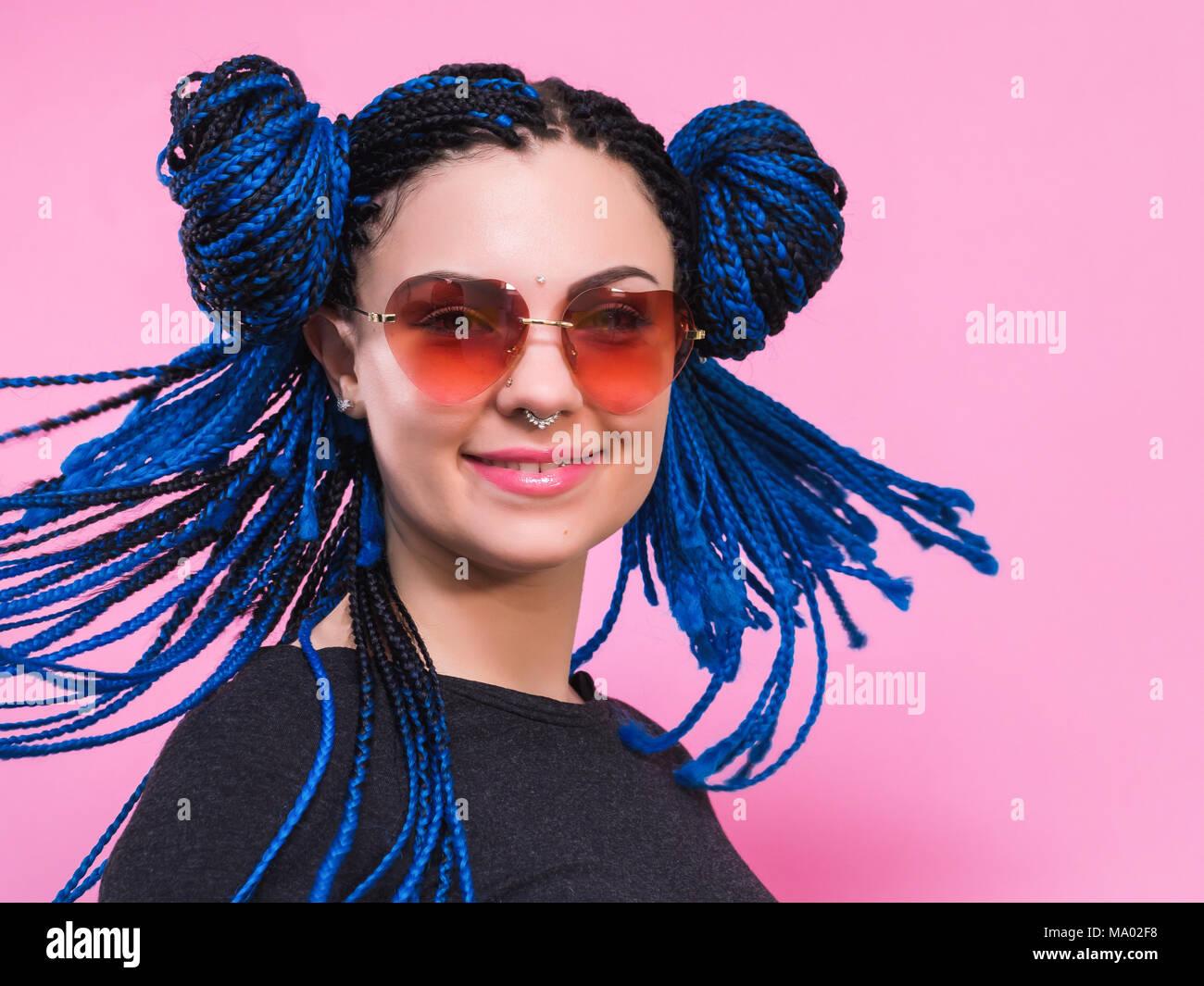 Close,up di donna con blue pig,tail testa intrecciato ragazza africana con  trecce blu acconciatura. Hipster ritratto ragazza con occhiali da sole su  sfondo