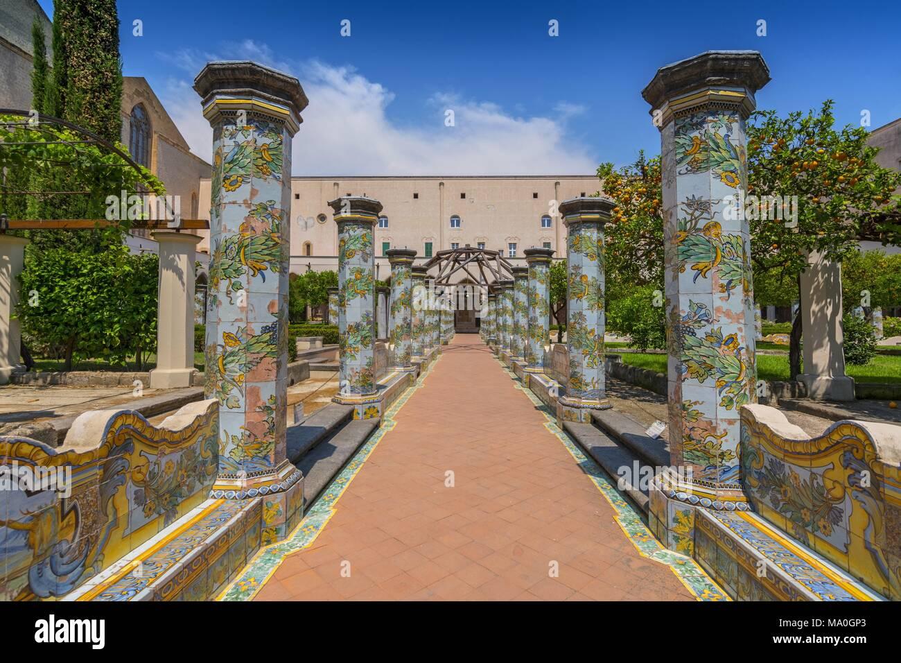 Sunny chiostro delle Clarisse decorate con piastrelle di maiolica dal  monastero di Santa Chiara a Napoli 76bcec687761