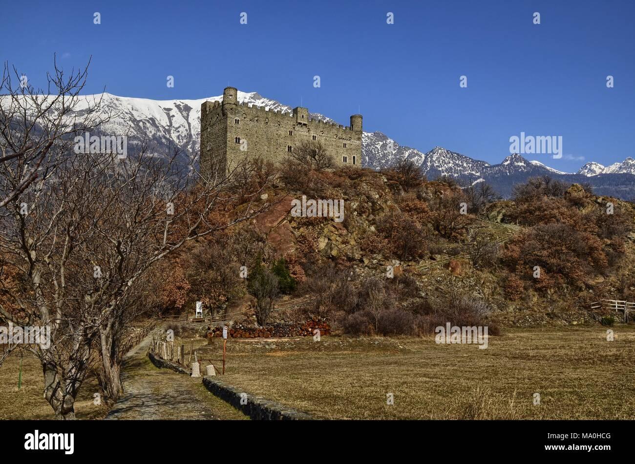 Frazione di Ussel di Chatillon, Valle d'Aosta, Italia 11 febbraio 2018. Il castello fotografato da tre trimestri. Immagini Stock