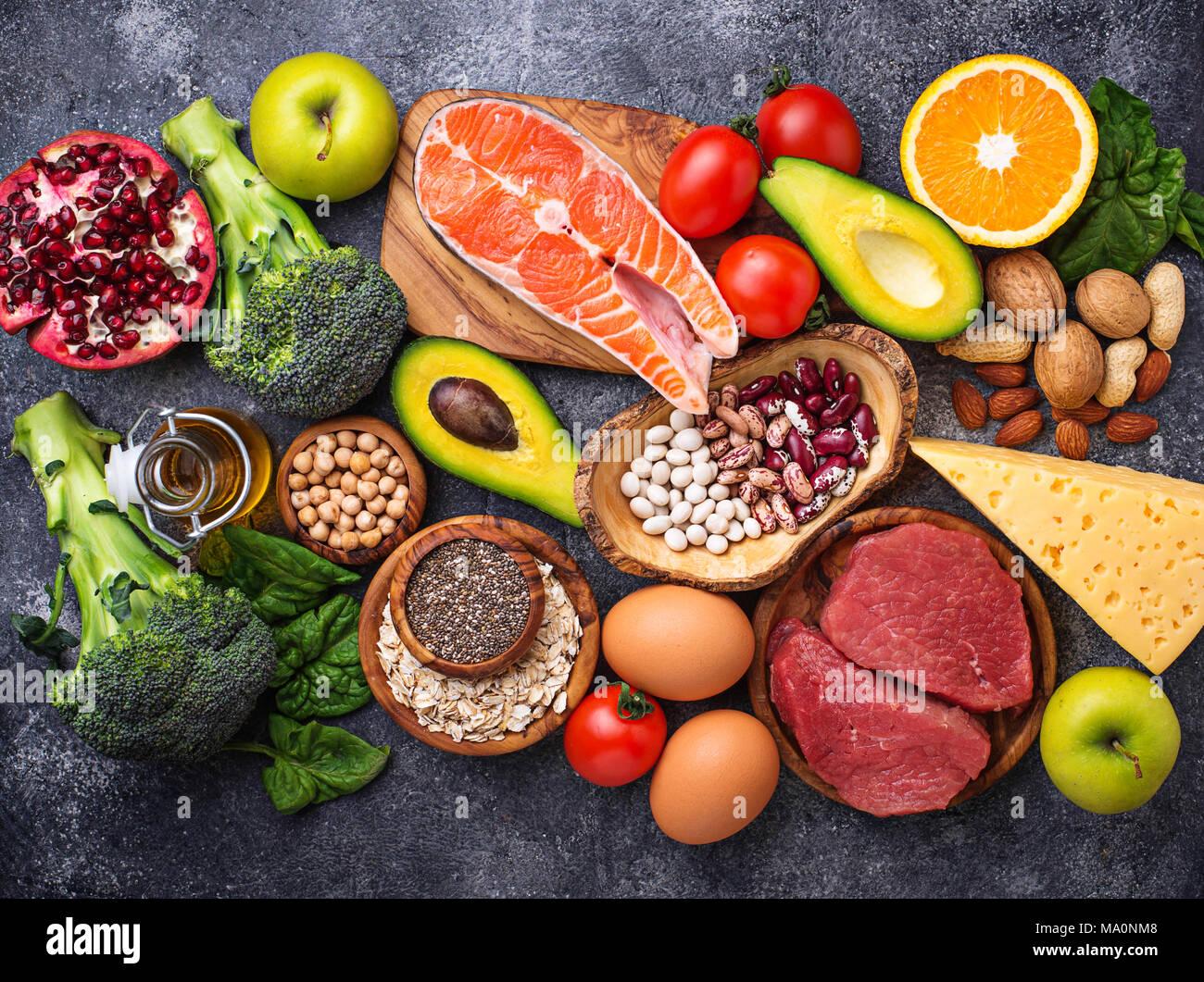 Alimenti biologici per la nutrizione sana e superfoods. Dieta bilanciata. Vista superiore Immagini Stock