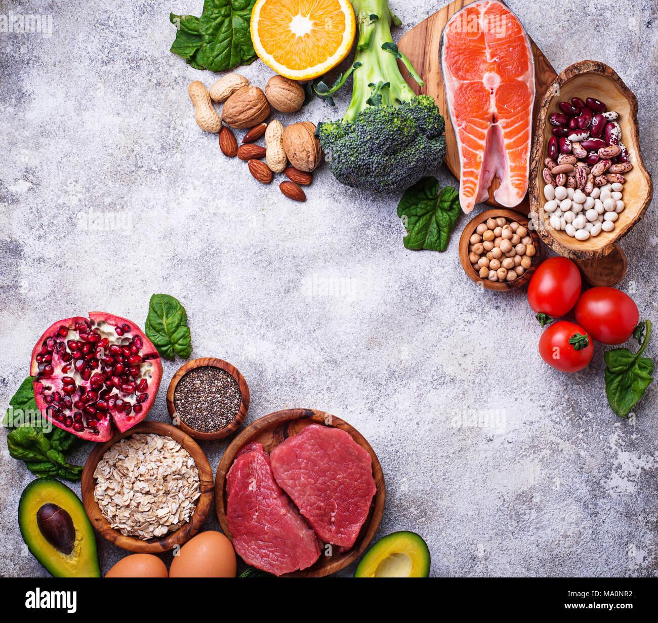 Alimenti biologici per la nutrizione sana e superfoods. Dieta bilanciata. Vista superiore, spazio di copia Immagini Stock