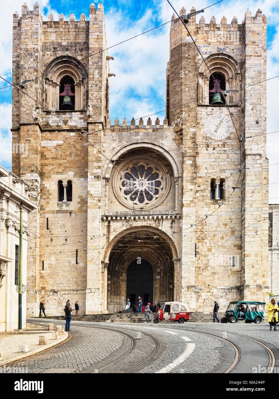 1 Marzo 2018: Lisbona, Portogallo, la Cattedrale, a Lisbona la Città Vecchia, con tuk tuks e turisti al di fuori. Immagini Stock