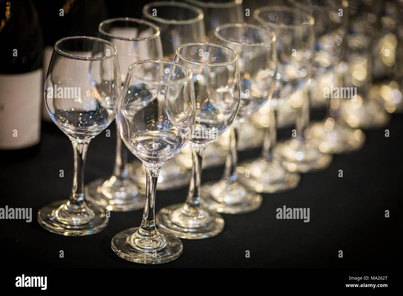 Righe di bicchieri di vino Immagini Stock