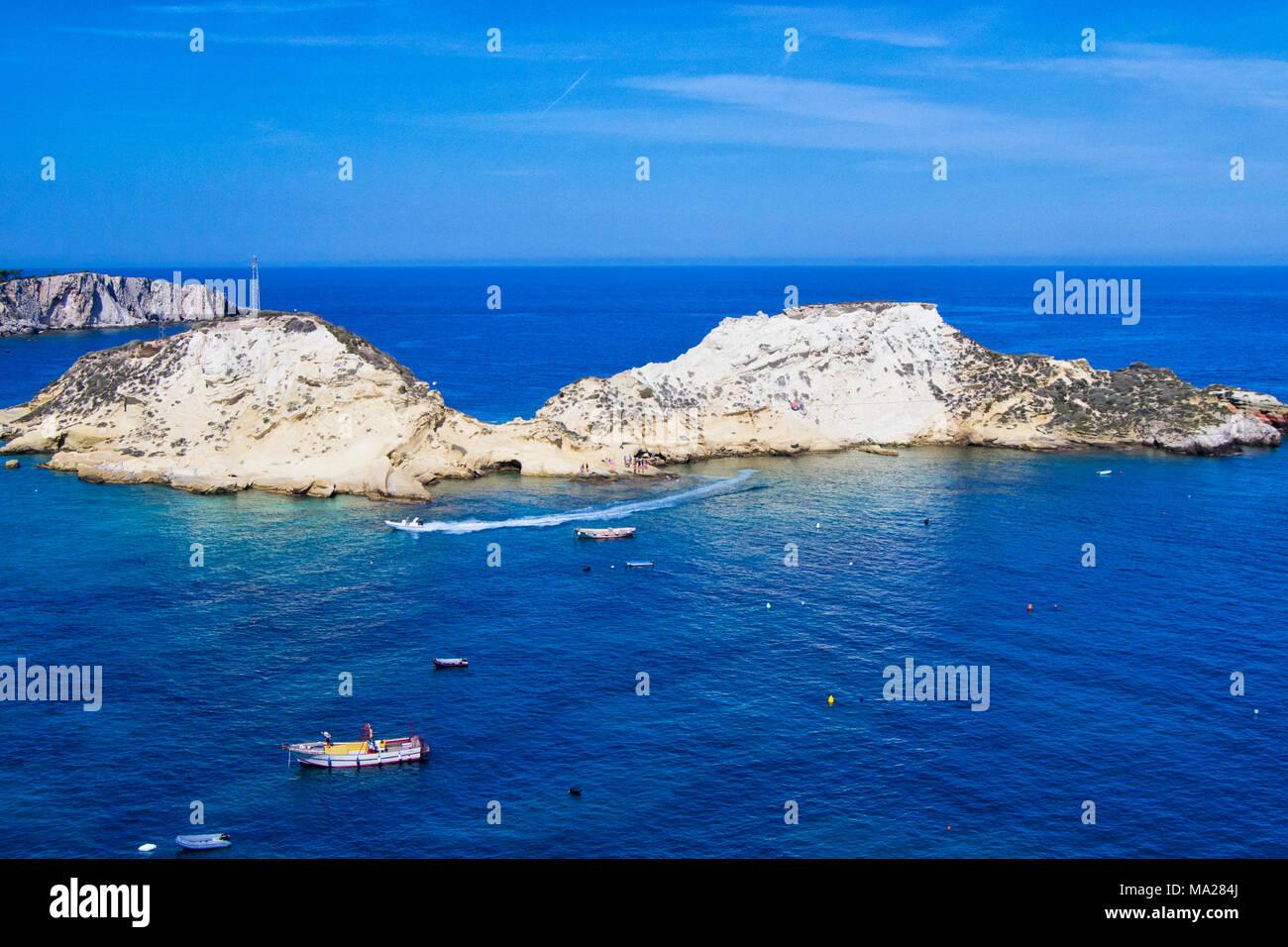 Vista delle isole Tremiti con acqua blu, barche e nuvole. Gargano ...