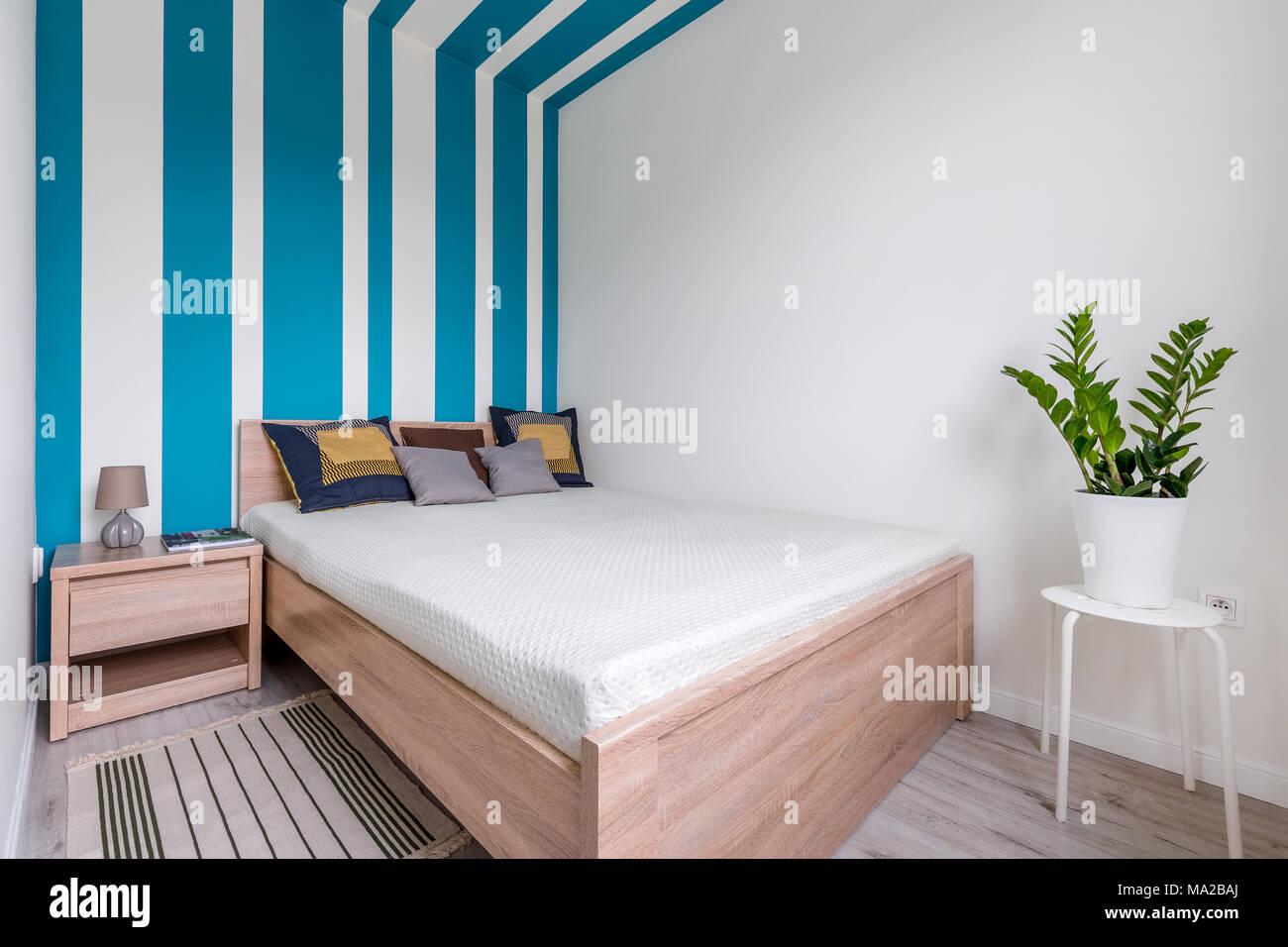 Contemporanee camere da letto con letto matrimoniale e la parete a ...