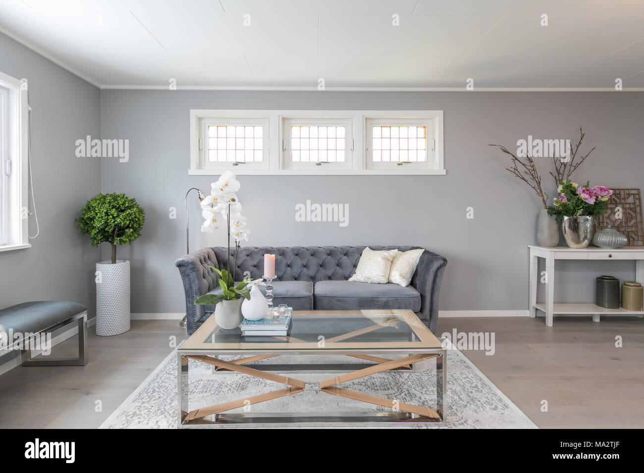 Pareti Grigie Salotto : Interni scandinavo salotto con pareti grigie e il lettino foto