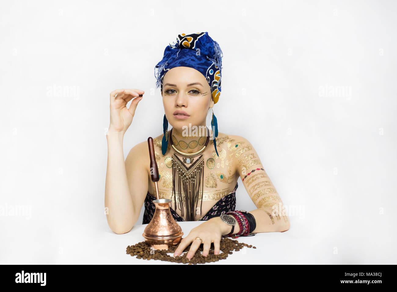 33b23f4cd6dc Una ragazza in Africa e vestiti in stile è in possesso di chicchi di caffè  Immagini