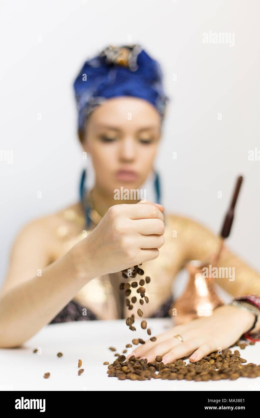 8a31bbde4639 Una ragazza in Africa e vestiti in stile è in possesso di chicchi di caffè
