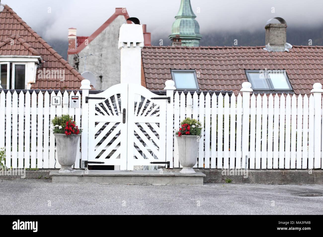 Staccionata Bianca In Legno bianco recinzione di legno foto & immagine stock: 178328427