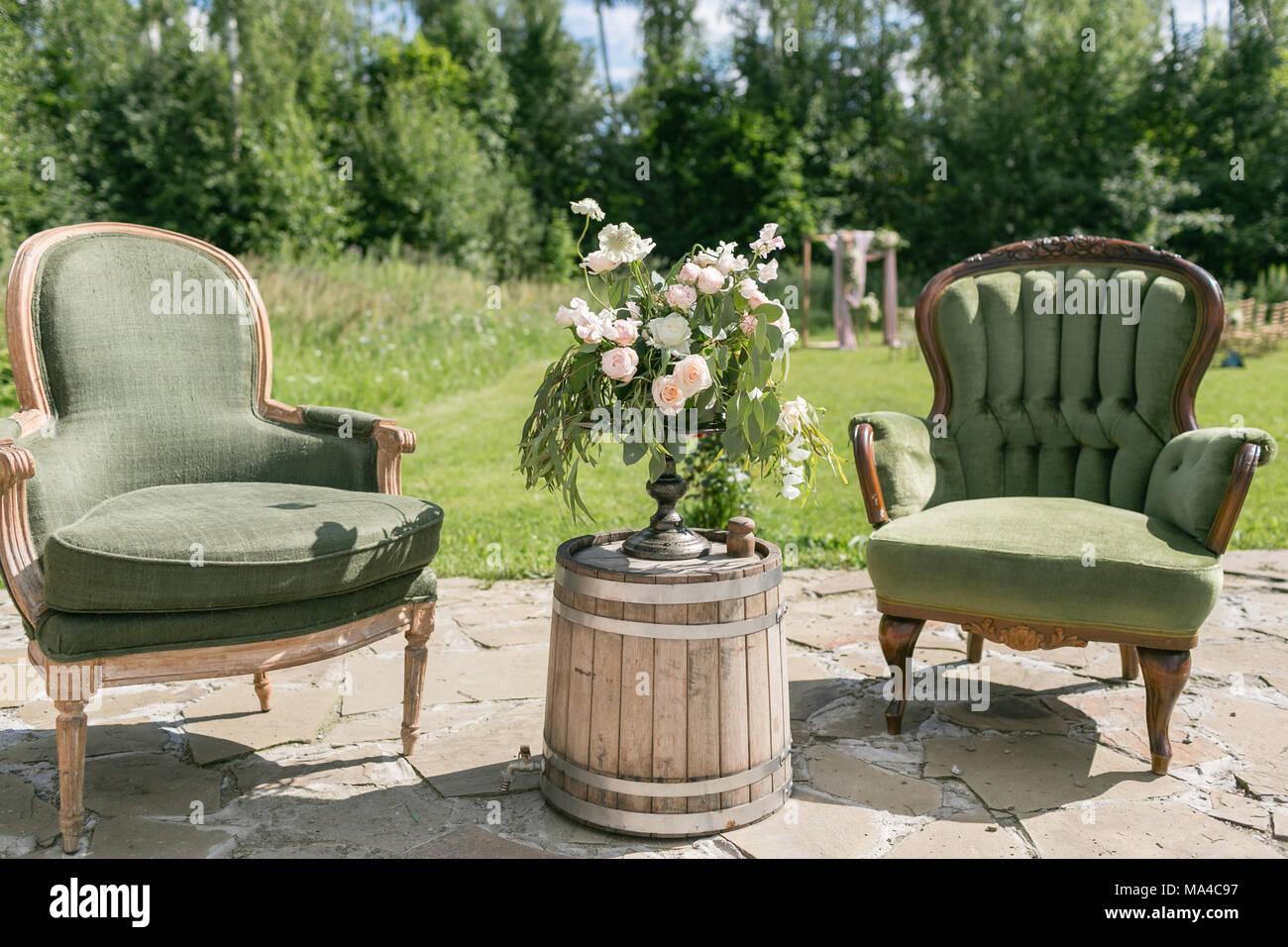 Decorazioni In Legno Per Giardino : Vintage legno sedie e tavolo con decorazioni di fiori nel giardino