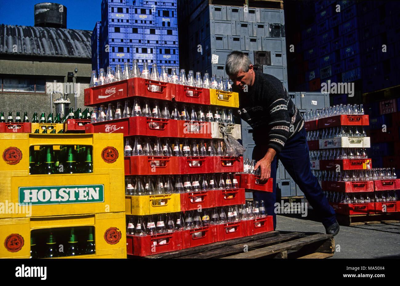 Bottiglia di impianti di riutilizzo, bottiglie ordinate e nuovamente inviato al produttore, Conakilty, County Cork, Irlanda. Immagini Stock