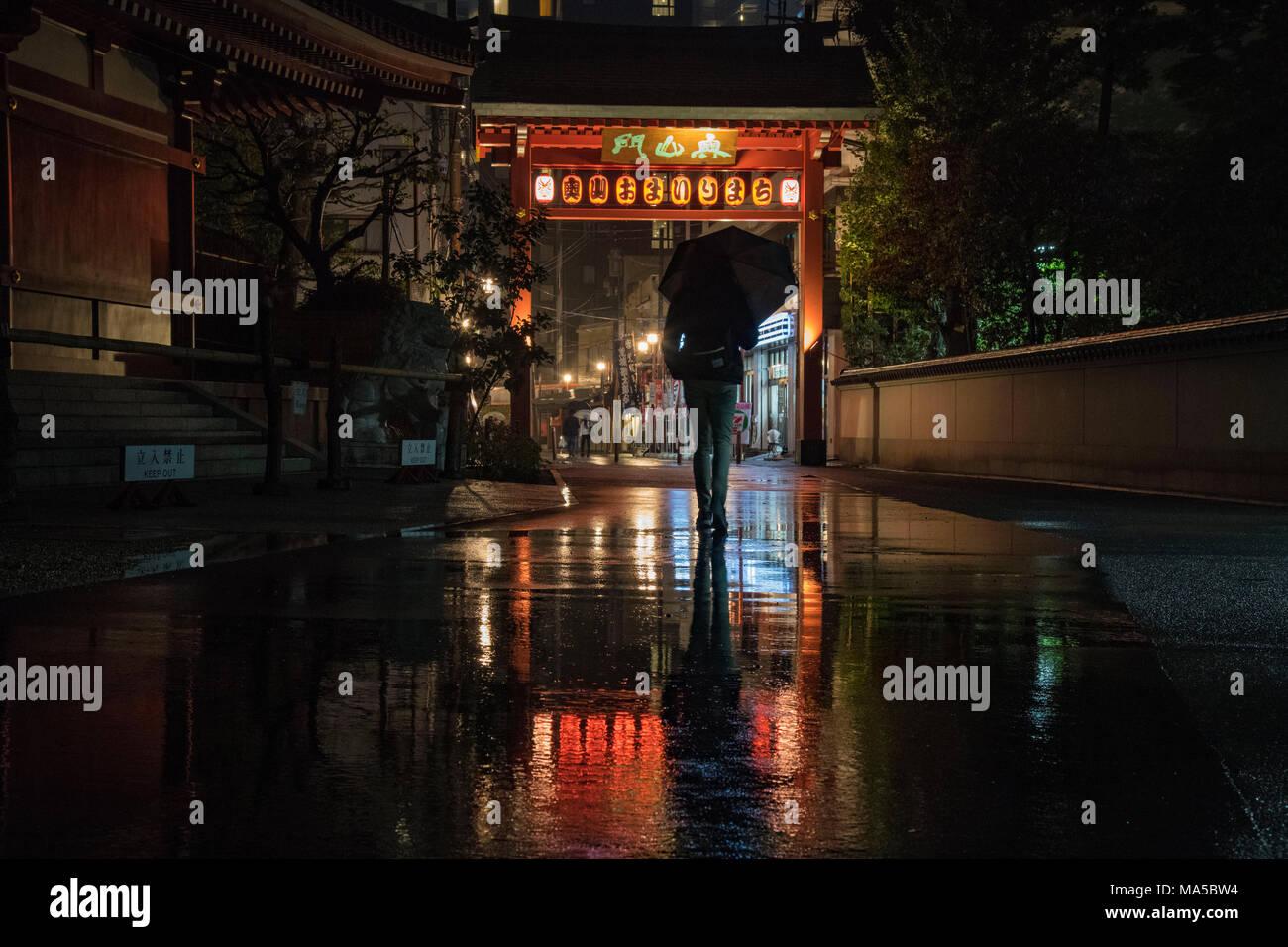 Asia, Giappone, Nihon, Nippon, Tokyo, Taito, Asakusa, persone con ombrello passeggiate sotto la pioggia Immagini Stock