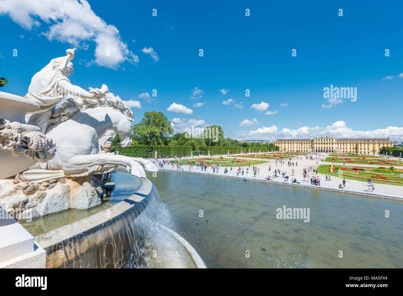 Vienna, Austria, l'Europa. La fontana del Nettuno nei giardini del Palazzo di Schönbrunn. Immagini Stock