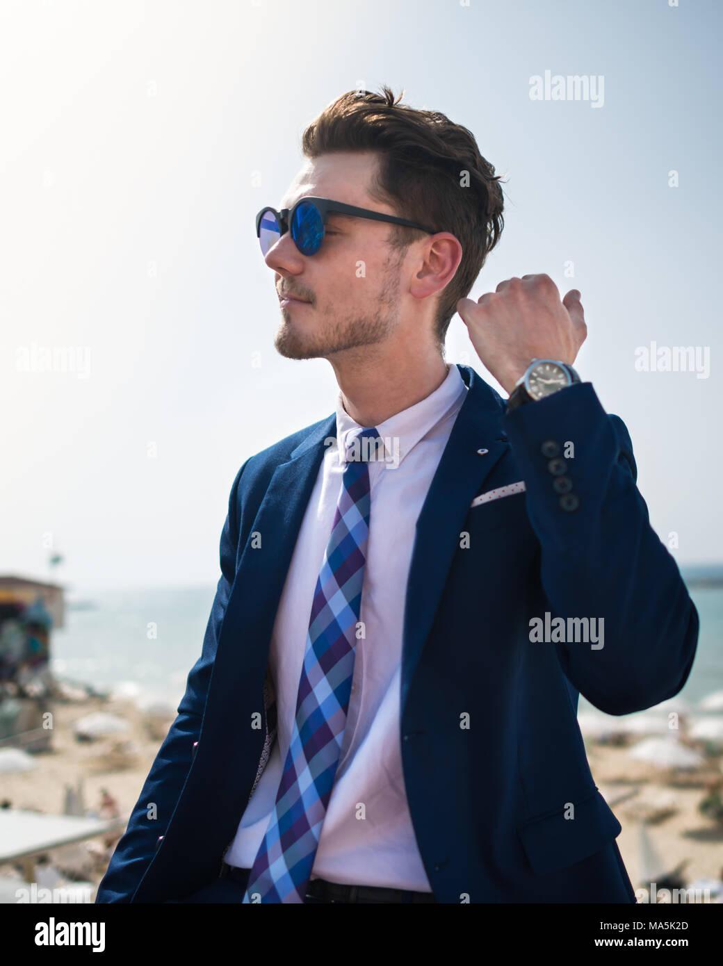new product 4eea8 2d3cb Giovane uomo elegante in abito elegante e sunglass sullo ...